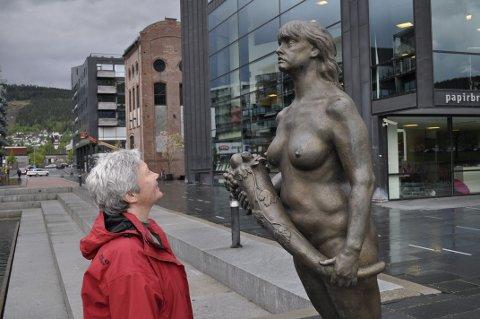 KUNST I BYROM: – Vi har fått så mange fine byrom her på Grønland som passer til skulpturer, sier Kari Ulleberg, som tok initiativet til utstillingen. Her med «Gallionsfigur» av Oddmund Raudberget.