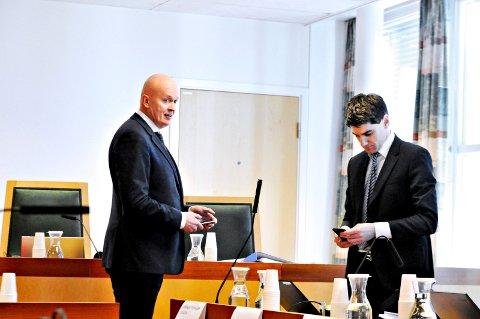 Arild Holden (t.v.) er forsvarer for den tiltalte 35-åringen. Advokat Torgeir Falkum representerer den tiltalte 64-åringen.