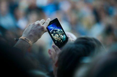 DELING: Med en strømme-app kan du dele opplevelsene dine med vennene dine som sitter hjemme. (FOTO: HEIKO JUNGE / NTB SCANPIX)