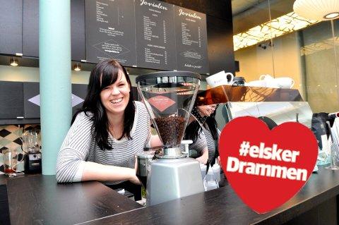 KAFFEBAREN PÅ STRØMSØ: I 2012 åpnet Solveig Iren Røine opp kaffebaren på Strømsø, nærmere bestemt inne i stasjonsbygningen på Drammen stasjon. Her selges kaffe for den kresne, varm melk med honning, kortreist lunsjmat og nybakte kanelboller etter en gammel familieoppskrift – for å nevne noe.