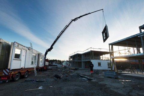 SAMME ØVELSEN IGJEN: Om tre uker skal flere vegger heises på plass – i en ny tomannsbolig og en femmannsbolig på Loesmoen. Et fascinerende skue.