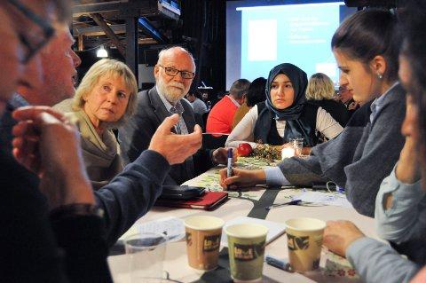 RUNDT BORDET: Gisle Grahl-Jacobsen (f.v)  lufter ideer for gruppa med blant andre Inger Gjønnes, Arne Kittang og Zenep Gøcem. Hava Biser-Ihtiman noterer ned alle ideene gruppa kommer med på bordet.