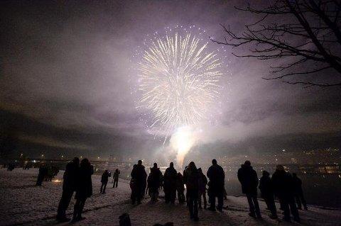 I Drammen samlet mange hundre skuelystne seg for å oppleve det spektakulære fyrverkeriet på Holmennokken i fjor.
