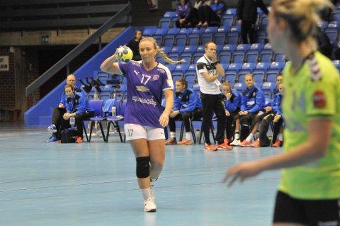 VIKTIG SPILLER: Emilie Christensen gjør en god jobb for hjemmelaget i den siste kampen i gruppespillet i EHF-cupen.