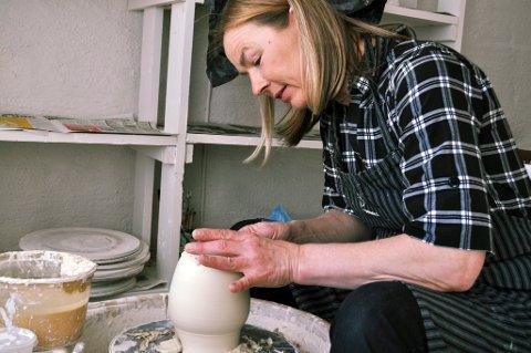 BYTTER BEITE: Anne Marie Juritzen har arbeidet som keramiker på Landfalløya i mange år. Denne sommeren blir hun vertinne for Ankeret på Engersand Havn.