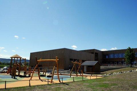 Høvik er en populær skole, og har en kapasitet på 750 elever fordelt på 26 klasser