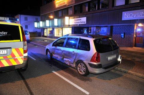 BLE TRUFFET: En av de tre bilene som ble truffet i sammenstøtet mens den sto parkert.