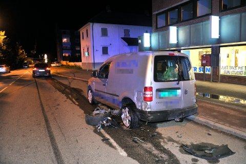 BLE TRUFFET: En av bilene som sto parkert og ble truffet i sammenstøtet.
