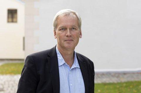 ÅPNER KONFERANSEN: Generalsekretær Bjørn Engesland i Helsingforskomiteen åpner konferansen sammen med Lars Petter Soltvedt, førsteamanuensis ved Høgskolen i Sørøst-Norge.