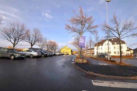 Nå blir det slutt på gratis parkering for togpendlerne ved Hokksund stasjon.