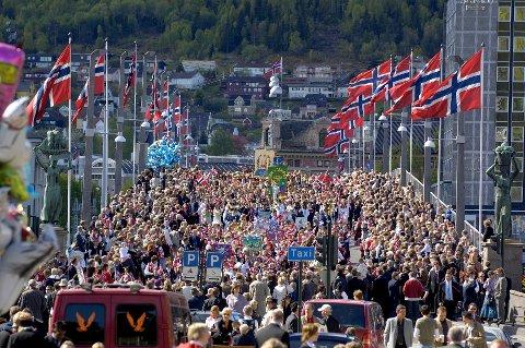 SOLFYLT NASJONALDAG: Det er slik vi vil ha det, og det er dette vi får. Dette bildet er fra 17.mai-feiringen i Drammen for noen år siden.