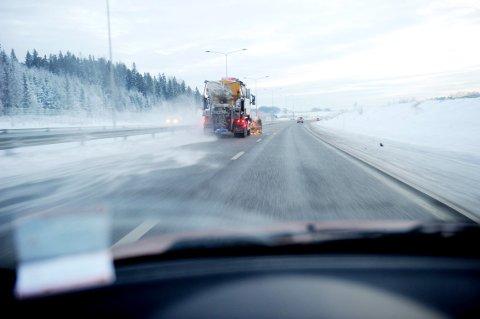 Det oppstår fort lange køer når motorveien skal brøytes. Brøytebilene kjører som regel alltid tre i bredden og en bak.