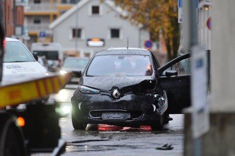 Den ene bilen har fått skader foran.