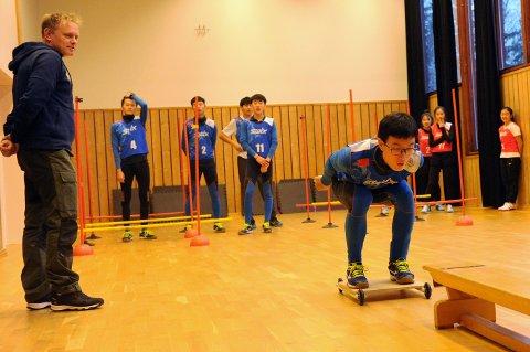 IVRIGE: Kjetil Strandbråten (t.v.) opplevde de kinesiske ungdommene som både disiplinerte, dedikerte og fokuserte da han hadde en av de første samlingene med dem høsten 2018.