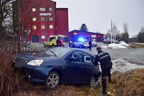 KJØRTE AV VEIEN: En bil kjørte av veien på Klokkarstua i Hurum onsdag ettermiddag.