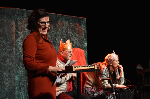 PREMIERE: Showkompaniet hadde premiere på sitt åttende juleshow onsdag kveld, på Drammens Teater.  Showet vises frem helt til 5. desember. Helt forrest i bildet er Ragnhild Grøndahl.