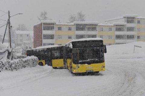 MER SNØ I VENTE: Slik så det ut under fredagens snøfall i Skogerveien i Drammen.