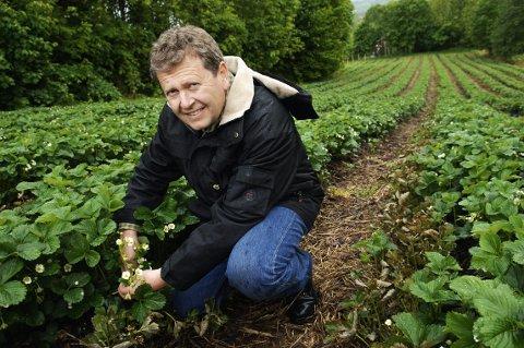 I TRØBBEL: Marius Egge har engasjert 45 utenlandske arbeidere fra Portugal som har jobbet for seks euro i timen. Lier-bonden sier han ikke visste at arbeiderne ikke fikk den norske timelønnen de hadde krav på.