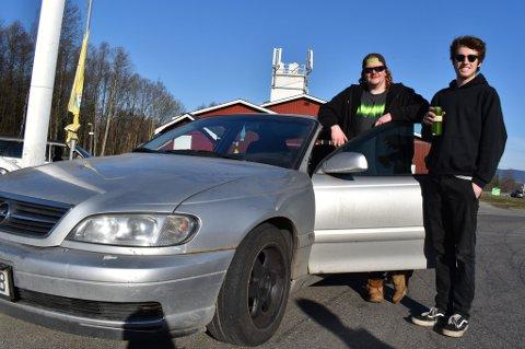 TIDLIG PÅ'N: Eirik Bakkene og Martin Rønning er blant dem som møtte opp på 7-Eleven/YX på Gullaug klokka 9 torsdag morgen, for å kjøre i kolonne med andre bilinteresserte til Strømstad.