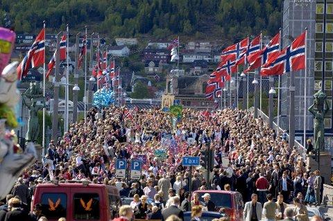 SOMMERVARSEL: Meteorologen spår sommertemperatur på 17. mai i Drammen.