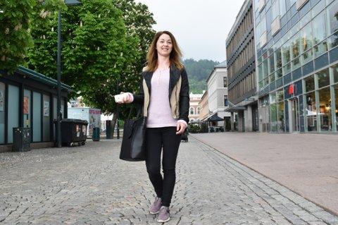 ROSA-ELSKER: Polske Marzena Grendys-Niweola (35) er i Drammen sentrum på utkikk etter nye klær. Hun elsker rosa. Noen ganger planlegger 35-åringen kvelden i forveien hva hun skal ha på seg, men som oftest ikke.