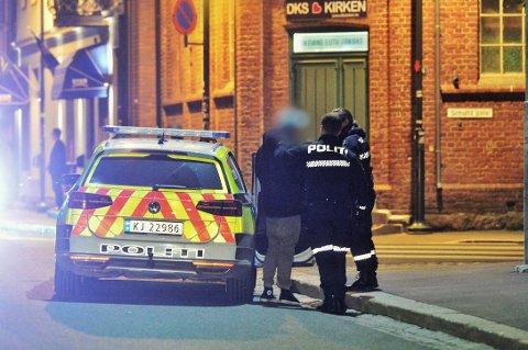 FIKK MELDING OM SLAGSMÅL: Politiet rykket like før midnatt ut til Tollbugata i Drammen etter melding om slagsmål mellom ti personer.