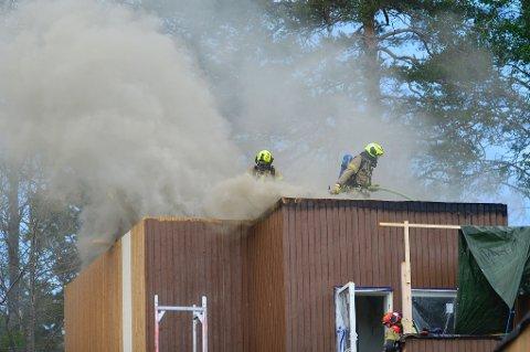 Brannmannskapene jobbet med å slukke brannen på taket.