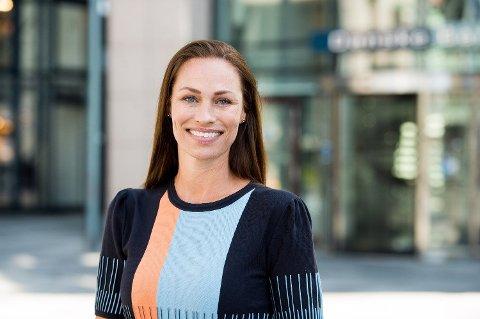 SMILENDE: Forbrukerøkonom i Danske Bank, Cecilie Tvetenstrand er fornøyd når skattepengene kommer. Men hun er ikke alene. Mange nordmenn kan smile når de sjekker kontoen de kommende dagene. Foto: Sturlason/Danske Bank