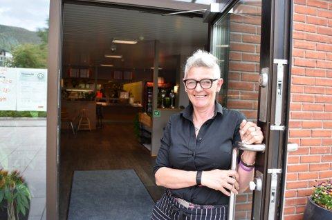 I 23 ÅR: Nina Isaksen skulle bare hjelpe til litt som kafémedarbeider på Ligostua i 1997. Siden har hun ikke forlatt arbeidsplassen, og nå er hun avdelingsleder. - Alt bare stemte da jeg kom hit, sier Isaksen. Hun jobber også litt som fotterapeut på si.