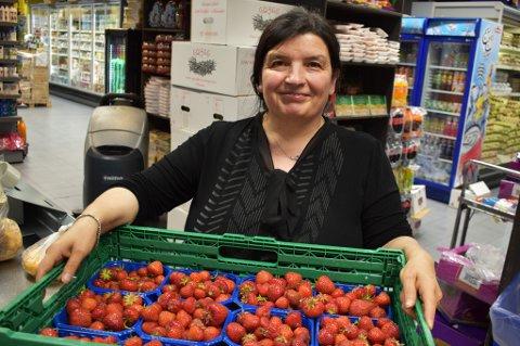 BUGNER: Safira Ugur viser fram noen av butikkens jordbærkurver. Butikkinnehaveren Semra Ugur, som også er Safiras søster, er på ferie utenlands. Safira holder kontroll på butikken i hennes sted.