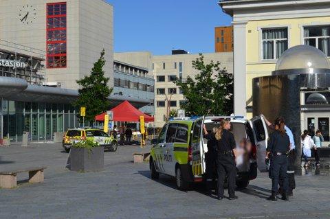 RUSET: Politiet bortviste først tre personer fra Strømsø torg mandag kveld. Rett etterpå måtte de ta seg av denne mannen.