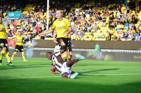 ROPTE PÅ STRAFFE: Olivier Occéan ville ha straffe etter å ha blitt felt få minutter ut i kampen. Det fikk han ikke, men scoret kampens første mål ikke lenge etter.