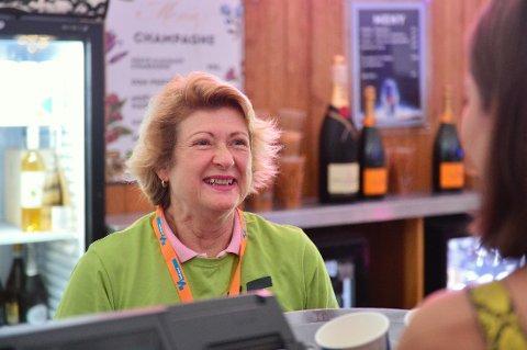 BLID DAME: Marianne Bergvall sprudler bak VIP-baren på Gamle Kirkeplass. Hun elsker å være frivillig under Elvefestivalen.
