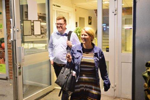 I BOKS: Påtroppende ordfører Monica Myrvold Berg blir etter all sannsynlighet ordfører i Nye Drammen, her smiler hun blidt på vei ut av det avgjørende møtet i Folkets Hus sammen med Aps andrekandidat Eivind Knudsen.
