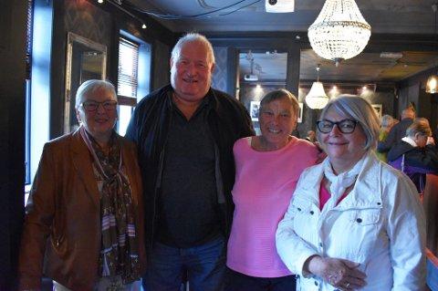 STAMGJESTER: - Tre av oss har fulgt jazzbandene som spiller på Pigen denne høsten siden 80-tallet, her i Drammen, sier Randi Hagen (f.v.), Per Nordjordet, Berit Kind Willett og Karin Surland. Sistnevnte er på lørdagsjazzen for andre gang.