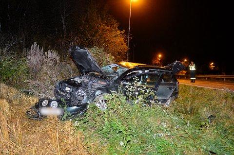 KJØRTE AV VEIEN: En bil med tre personer kjørte ut av veien i Vestfossen, natt til lørdag 21.09-19. Sjåføren var beruset.