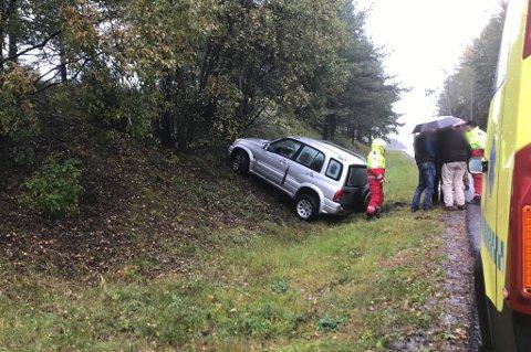AV VEIEN: En bil havnet i grøfta på E18 i nærheten av Liertoppen fredag i 13.30-tiden.