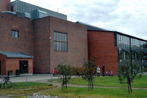 VENTER MED REKTOR-ANSETTELSEN: Hokksund barneskole har for tida en konstituert rektor. Prosessen med å ansette en fast er satt på vent.