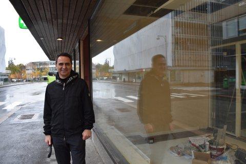 NYTT: For snart to måneder siden åpnet Kambiz Persley (bildet) og Henry Shek Legevakt X på Strømsø i Drammen - byens første private legevakt. Madli Indseth leder for medisinskfaglig virksomhet i Drammen kommune, mener det hadde vært ryddigere om de kalte seg et privat legesenter.