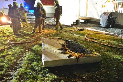 Brannvesenet fjernet en utbrent madrass fra eneboligen i Vestfossen.