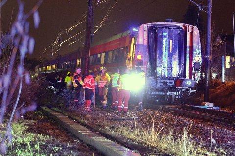 Det var tirsdag kveld at en bil sto fast mellom bommene da Bergenstoget kom kjørende. Ulykken fikk et tragisk utfall.