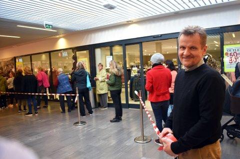LEGGER NED: Asle Lund Nilsen, leder på Strømsø senter, måtte trå til og passe køen da Nille startet opphørssalget sitt mandag. Butikken forsvinner ut av senteret ved årsskiftet.