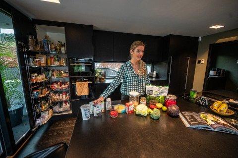 TAR OSS MED INN PÅ KJØKKENET: Hanne-Lene Dahlgren spiste kjøtt og fisk før hun begynte å spise plantebasert for seks år siden. Nå har hun skrevet to kokebøker med plantebaserte retter, og åpner både hjemmet og kjøleskapet sitt for Drammens Tidende. Vegetarentusiasten viser oss hvilke produkter hun har på kjøkkenet til enhver tid.