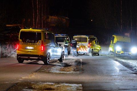 PÅ STEDET: Både politibetjenter, ambulansepersonell og brannkonstabler var på stedet i Skotselv natt til lørdag.