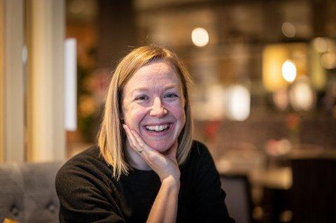 SKUMMELT: Janne-Camilla Lyster fra Mjøndalen har akkurat gitt ut ny bok. – Det er skummelt å få den i hendene for første gang. Jeg oppdager nesten alltid en skrivefeil, ler hun.