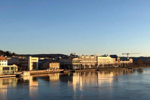 BADET I SOL: Fredag formiddag ligger Aass bryggeri badet i sol langs Drammenselva. Det blir værskifte 2. juledag.