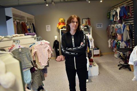 VIL LITE KJENT AVGIFT TIL LIVS: Line Rosenvinge har drevet barnebutikken Minstemann på Solberg senter i tre måneder. Hun selger både brukte og nye klær, men en viktig forskjell skiller de to varegruppene: De nye klærne hun selger får hun momsen tilbake på, sånn er det ikke med de brukte klærne.