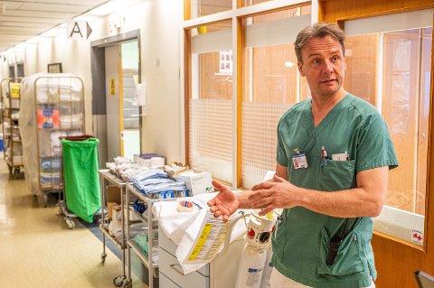 Seksjonsoverlege Jørn Rasmussen ved akuttmottaket på Drammen sykehus ble lettet da han fikk meldingen om at munnbindene var trygge.