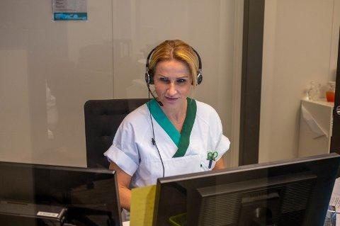 Lene Jeanette Mala, sykepleier og koordinator ved Drammen legevakt, opplever at de som sitter og tar imot telefoner daglig blir skjelt ut. – Det er klart det er ubehagelig, sier Mala.