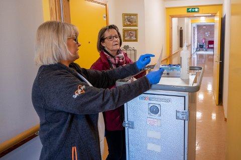FRIVILLIG: Frivilligkontakt Cecilie Nordvæk (46) hadde torsdag opplæring med Laila Tangnes Jørgensen (69). Sistnevnte skal flere ganger i uka levere mat noen av de som bor i omsorgsboligene ved Konnerud bo- og servicesenter.